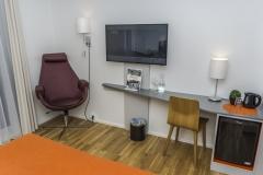 Rom-ny-barsel-ammestol-og-skrivebord