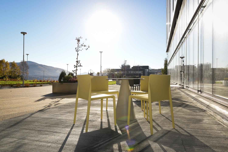 Om sommeren settes det ut stoler og bord slik at gjester kan nyte lunsjen eller middagen ute i frisk luft.